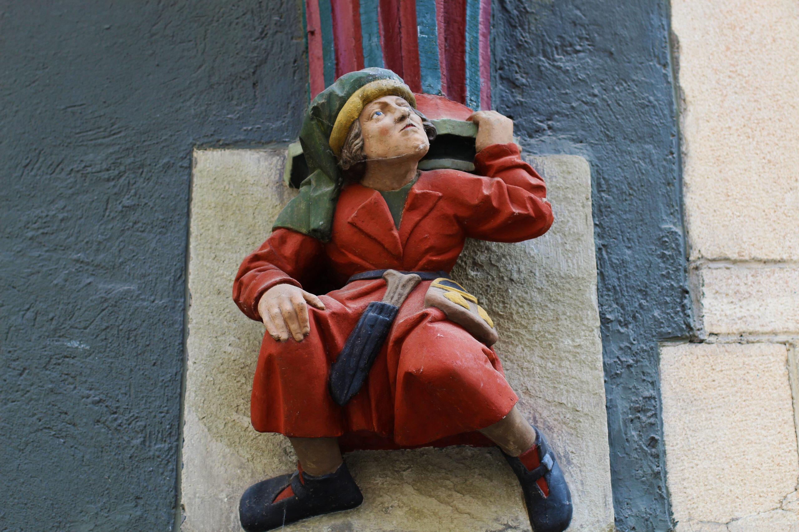 Hausfigur in der Altstadt Tübingen
